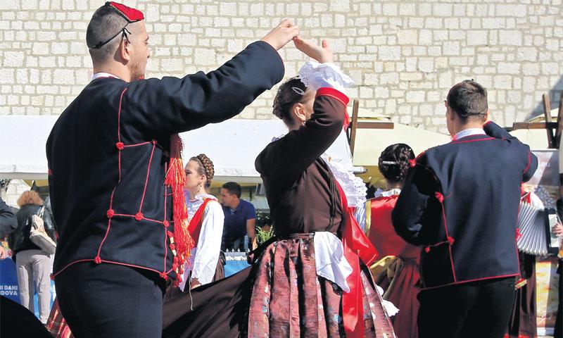 Brojna događanja na sajmu u Šibeniku upotpunili su nastupi KUD-a Koledišće i Etno udruge Petrovo pol
