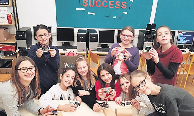 Djeca u osnovnoj školi Tučepi micro:bit uređaje rado koriste za razne aktivnosti
