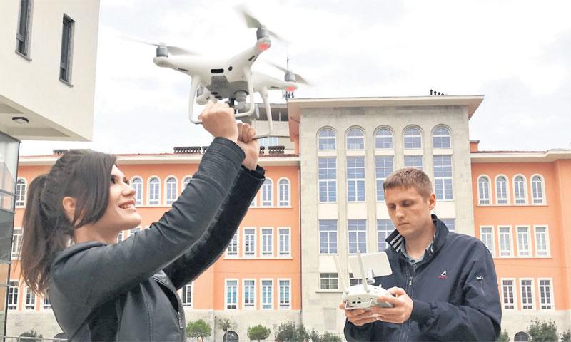 Zbog ideje s dronom kojeg koristi za zračna snimanja kod prometnog projektiranja, ali i nadzor prome